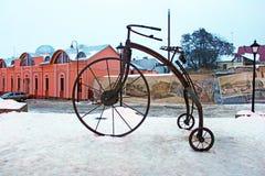 Im Jahre 2009 tagsüber von den Schmieden, war ein geschmiedetes Fahrrad auf das türkische Quadrat in Chernivtsi installiert Lizenzfreies Stockbild