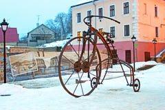 Im Jahre 2009 tagsüber von den Schmieden, war ein geschmiedetes Fahrrad auf das türkische Quadrat in Chernivtsi installiert Lizenzfreie Stockfotos