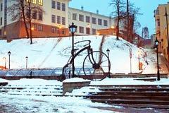 Im Jahre 2009 tagsüber von den Schmieden, war ein geschmiedetes Fahrrad auf das türkische Quadrat in Chernivtsi installiert Lizenzfreie Stockbilder