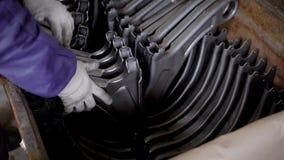 Im Kanister ist eine Reihe von Teilen Hebelsuspendierung für Neuwagen im Produktionsverfahren stock footage