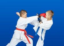 Im karategi schlugen Athleten Schläge lizenzfreies stockbild