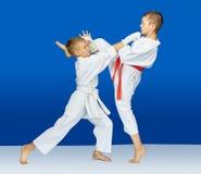 Im karategi schlugen Athleten Schläge stockbild