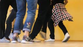 Im Klassenzimmer an der Tanzschule Leute tanzen Salsa stock footage