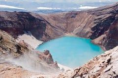 Im Krater des Vulkans lizenzfreie stockbilder