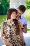 Im Liebespaarflirt in einem sonnigen Park des Sommers Stockfotografie