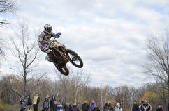 Im Luft Motocroßmitfahrer auf einem Motorrad Stockfoto