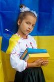 Im nationalen Kostüm gegen ukrainische Flagge stockbild
