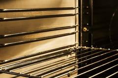 Im Ofen mit Birnenlicht Stockfotografie