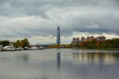 Im Oktober glätten, Weg entlang Krestovsky und Elagin-Insel Lizenzfreie Stockfotos