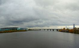 Im Oktober glätten, Weg entlang Krestovsky und Elagin-Insel Lizenzfreies Stockbild
