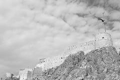 im Oman-Muskatellertraubenfelsen der alte defensive Fort battlesment Himmel und Lizenzfreie Stockfotos