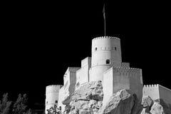 im Oman-Muskatellertraubenfelsen der alte defensive Fort battlesment Himmel und Stockbilder