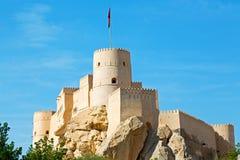 im Oman-Muskatellertraubenfelsen der alte defensive Fort battlesment Himmel und Stockbild