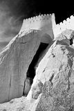 im Oman-Muskatellertraubenfelsen der alte defensive Fort battlesment Himmel und Lizenzfreie Stockbilder