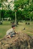 Im Park ein Junge und ein Vogel Lizenzfreie Stockfotos