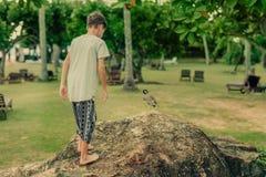 Im Park ein Junge und ein Vogel Stockfoto