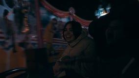 Im Park ist die Unterhaltung eine junge Schönheit auf dem Karussell stock video