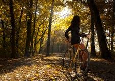 Im Park mit dem Fahrrad Stockfoto
