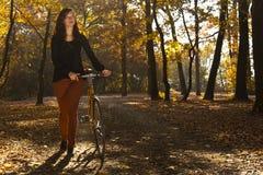 Im Park mit dem Fahrrad Lizenzfreie Stockbilder