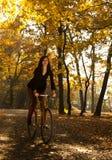 Im Park mit dem Fahrrad Lizenzfreie Stockfotos