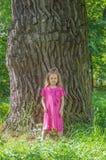 Im Park nahe einem großen Baumkind Lizenzfreie Stockfotografie