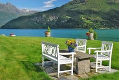 Im Rand von einem Fjord Stockfoto
