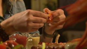 Im Restaurant das Mädchen zu Krebs essen stock footage