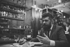 Im Restaurant sich treffen Bärtiger Mann im Restaurant mit Begleiter Geschäft gehen und Kommunikation weiter Überzeugte Stange lizenzfreies stockfoto
