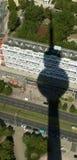 Im Schatten des Kontrollturms Stockbild