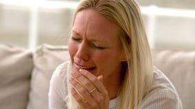 Im schreienden Sitzen der Zeitlupefrau auf Sofa stock video