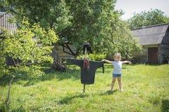 Im Sommer im Dorf im Garten nahe dem Albtraum ist a lizenzfreie stockfotos