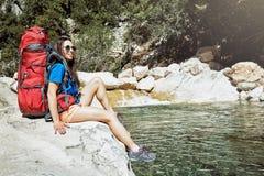 Im Sommer können Sie mit einem Rucksack auf der Schlucht spazierengehen Lizenzfreie Stockfotos