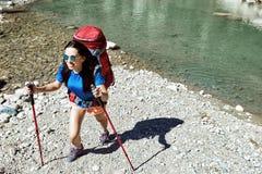Im Sommer können Sie mit einem Rucksack auf der Schlucht spazierengehen Lizenzfreies Stockfoto