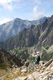 Im Sommer macht der Tourist Fotos der Bergspitzen Stockfotografie