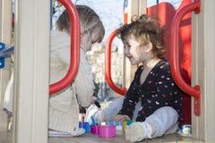 Im Sommer sind zwei kleine Mädchen glücklich, dass Freundinnen an spielen Lizenzfreie Stockfotos