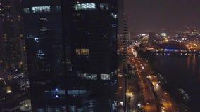 Im Stadtzentrum gelegene Ansicht des Bangkok-Stadtbürogebäudes Nacht Unscharfe Stadt beleuchtet Nachtansicht-Zusammenfassungshint stock video footage