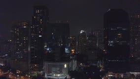 Im Stadtzentrum gelegene Ansicht des Bangkok-Stadtbürogebäudes Nacht Unscharfe Stadt beleuchtet Nachtansicht-Zusammenfassungshint stock video