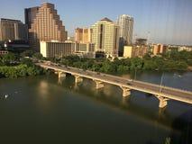 Im Stadtzentrum gelegene Austin-Skyline und eine Brücke über Dame Bird Lake Lizenzfreie Stockbilder