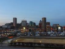 Im Stadtzentrum gelegene Baltimore-Skyline an der Dämmerung Stockfoto