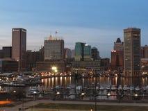 Im Stadtzentrum gelegene Baltimore-Skyline an der Dämmerung Stockfotografie