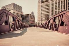 Im Stadtzentrum gelegene Brückenszene Chicagos Stockfotografie