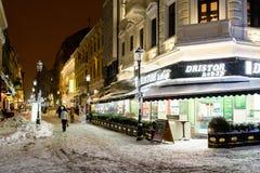Im Stadtzentrum gelegene Bukarest-Stadt nachts während des starken Blizzard-Schnee-Sturms Stockfoto