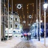 Im Stadtzentrum gelegene Bukarest-Stadt nachts während des starken Blizzard-Schnee-Sturms Stockbild