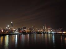 Im Stadtzentrum gelegene Chicago-Skyline an der Dämmerung Stockbild