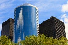 Im Stadtzentrum gelegene Gebäude und Ökologie Lizenzfreie Stockbilder