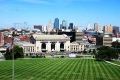Im Stadtzentrum gelegene Kansas- CitySkyline Stockfotos