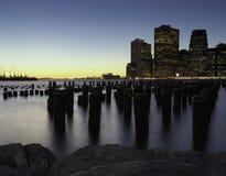 Im Stadtzentrum gelegene Manhattan-Skyline vom Brooklyn-Brücken-Park Lizenzfreies Stockfoto