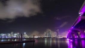 Im Stadtzentrum gelegene Miami-Skyline und -brücke zum Miami Beach stock video