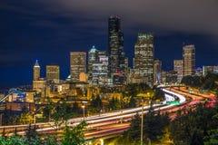 Im Stadtzentrum gelegene Nachtlange Belichtung Seattles Lizenzfreie Stockbilder
