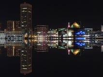 Im Stadtzentrum gelegene Nachtskyline-Reflexion Baltimores Maryland Stockbilder